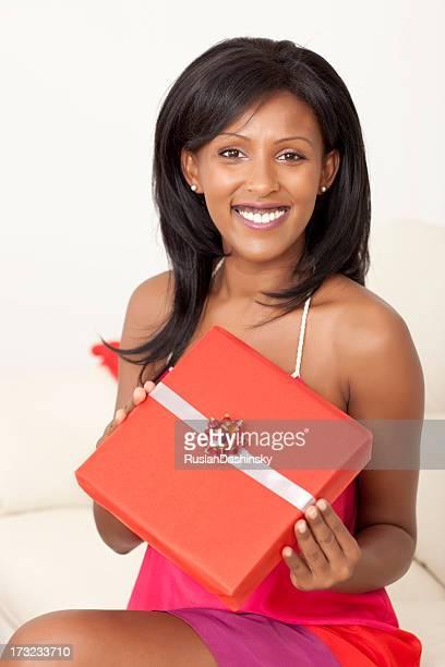 Glückliche Frau holding Geschenk.