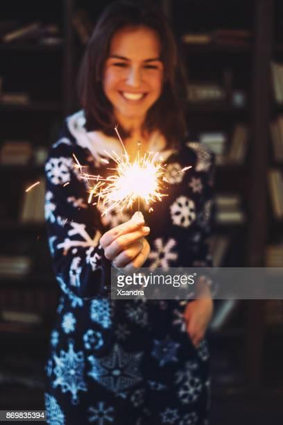 Glückliche Frau Holding Wunderkerze