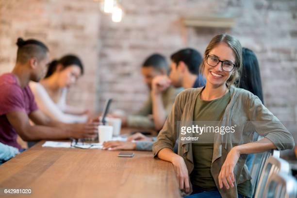Femme heureuse dans une réunion d'affaires au bureau