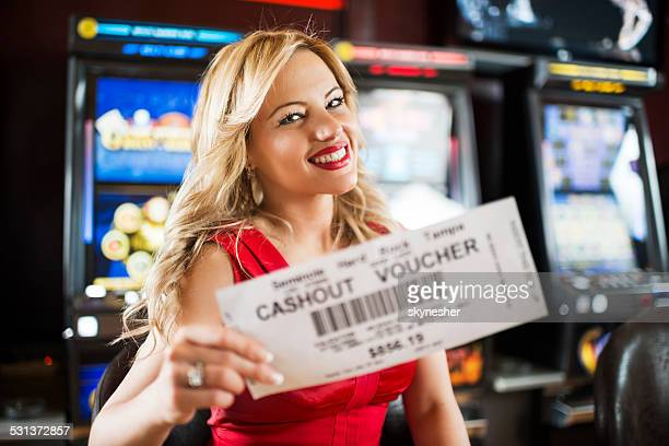Glückliche Frau in ein casino.
