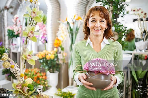 Mulher feliz em uma loja de flores.