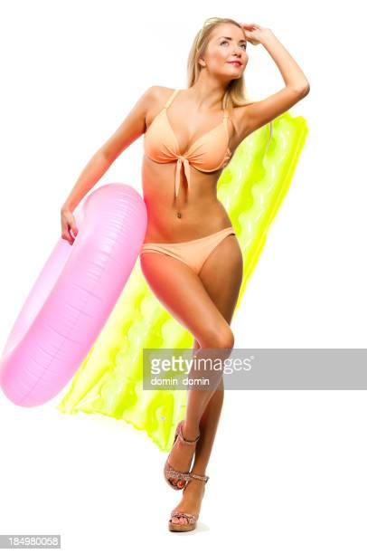 Felice donna in bikini con canotti gonfiabili isolato