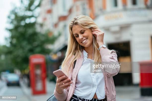 Gelukkige vrouw in Londen