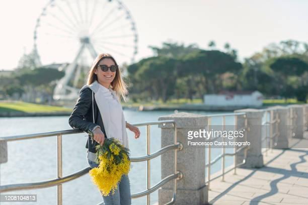 happy woman in springtime - mimose foto e immagini stock