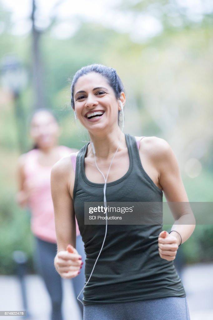 Heureuse femme jogging dans un parc de la ville   Photo 73d478f0054