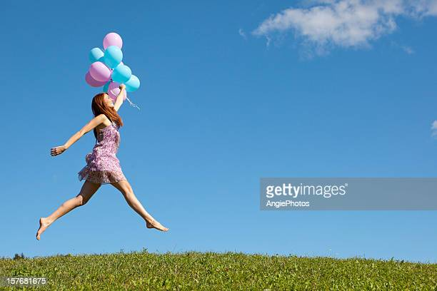 幸せな女性をジャンピング風船