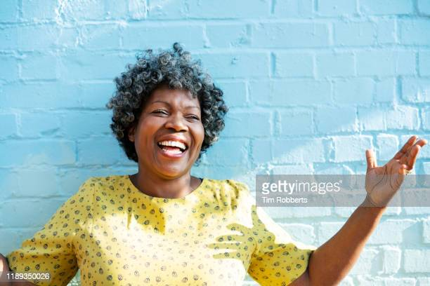happy woman laughing with arms up - stralende lach stockfoto's en -beelden