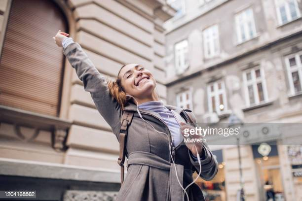 mulher feliz ouvindo a música - dia internacional da mulher - fotografias e filmes do acervo