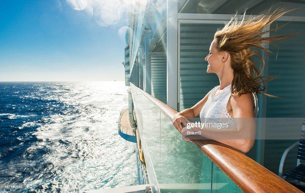 Glückliche Frau, die auf dem Meer von einem Schiff zurückkehren. : Stock-Foto