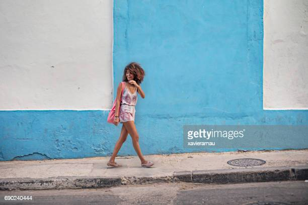 heureuse femme regardant loin sur le trottoir contre mur - cuba photos et images de collection