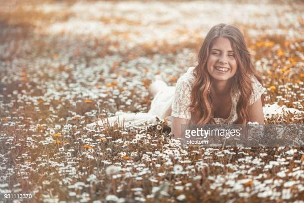 glückliche frau auf einer wiese - welliges haar stock-fotos und bilder