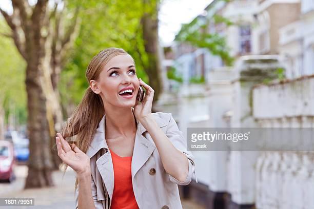 feliz mulher no telefone - izusek - fotografias e filmes do acervo