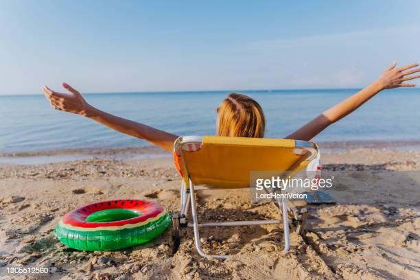 donna felice in vacanza - henri coste foto e immagini stock