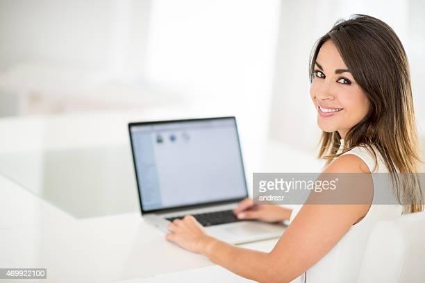 オンラインで幸せな女性は、ノートパソコン