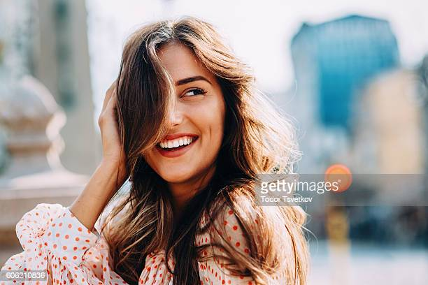 happy woman - lang haar stockfoto's en -beelden