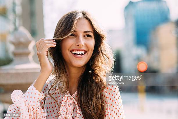 happy woman - stralende lach stockfoto's en -beelden