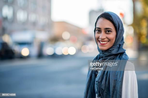 glückliche frau - islam stock-fotos und bilder
