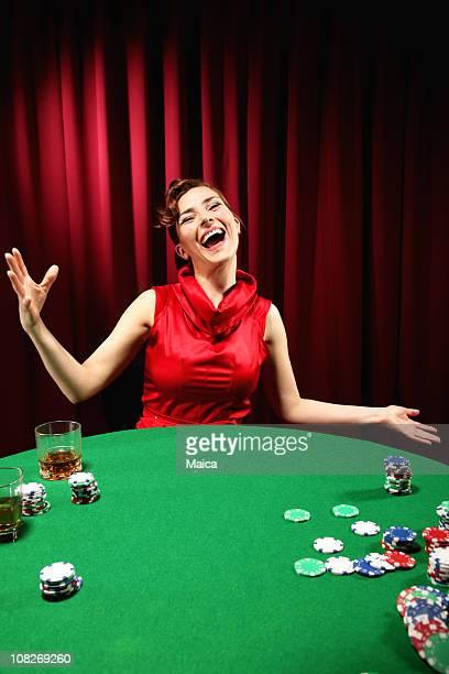 Heureuse Femme jouant au Poker