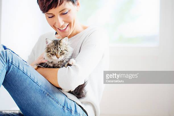 happy woman portrait with her cat - gato fotografías e imágenes de stock