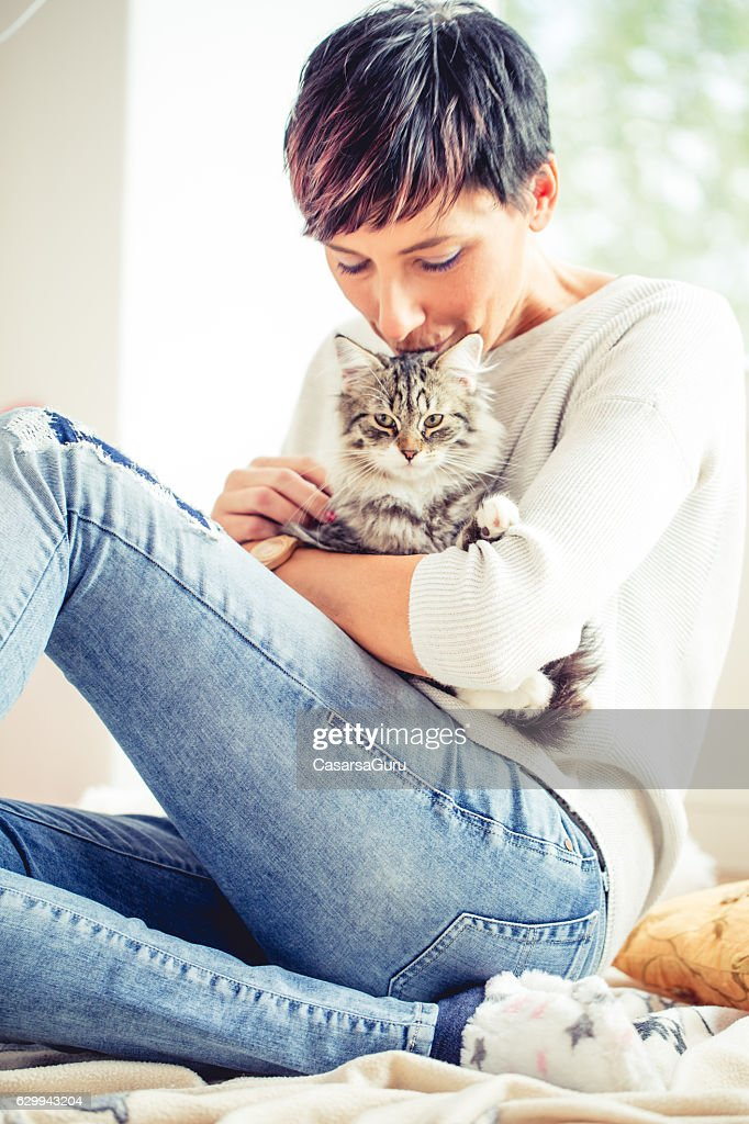 Happy Woman Portrait with her Cat : Stock-Foto