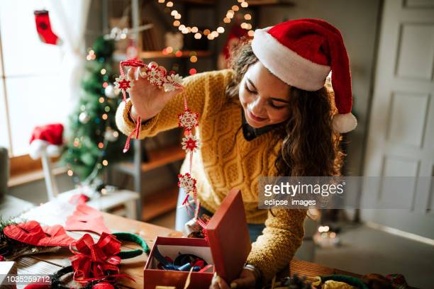 glückliche frau neujahr geschenke vorbereiten - basteln stock-fotos und bilder