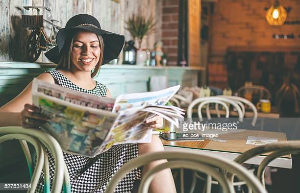 Heureuse femme lisant le journal