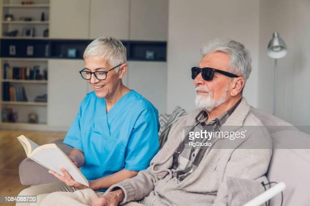 幸せな女性の視覚障害者読書 - 白杖 ストックフォトと画像