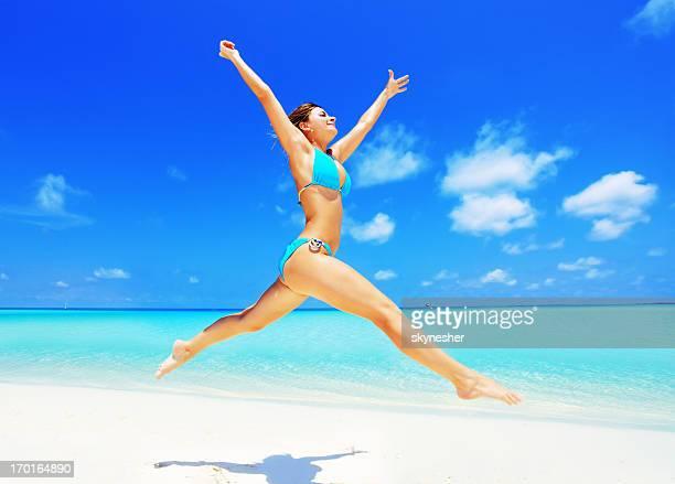Glückliche Frau Laufen am Strand.