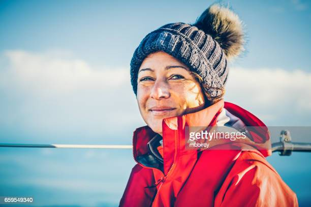 Fröhliche Frau, die während der Regatta Segeln