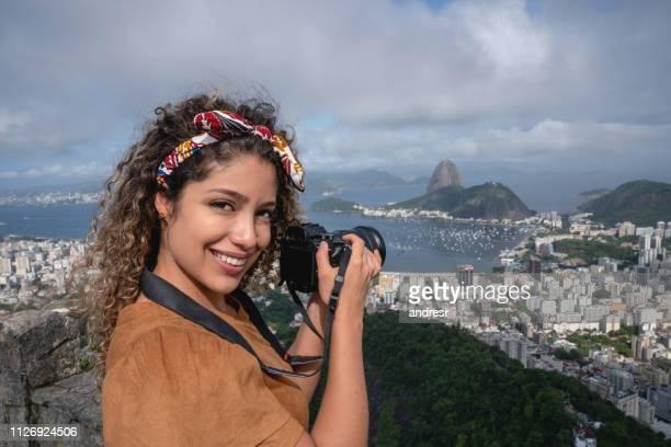 mulher feliz tirando fotos no rio de janeiro - turismo urbano - fotografias e filmes do acervo