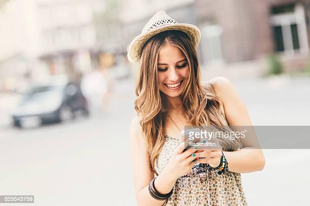 Heureuse femme à envoyer des SMS sur le téléphone