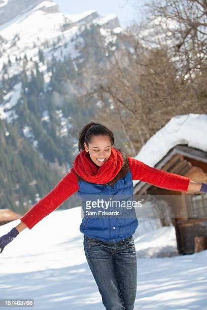 glückliche frau wirft schnee - ärmellos stock-fotos und bilder