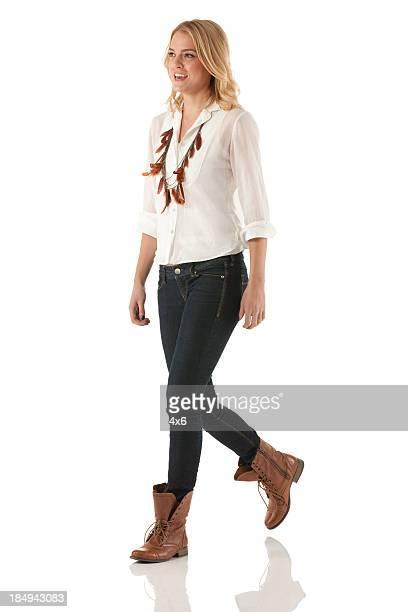 Mujer feliz caminar
