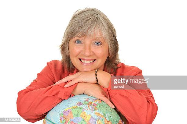 glückliche frau, die gerne reisen um die welt, erde globus - frauen über 30 stock-fotos und bilder