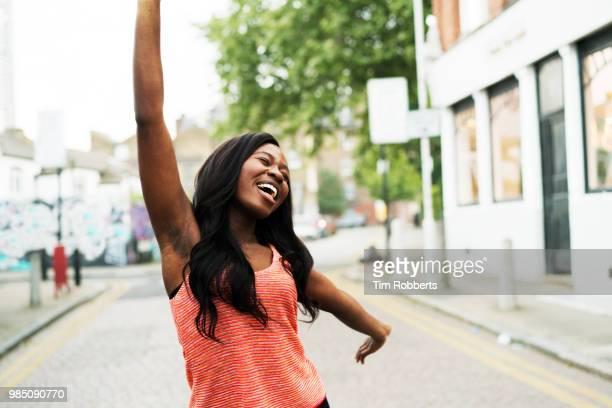 happy woman with arm outstretched. - de braço levantado - fotografias e filmes do acervo