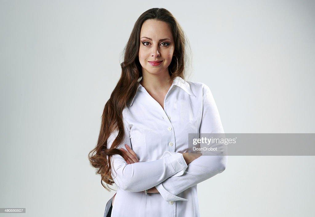 Mujer feliz con brazos de pie doblado : Foto de stock