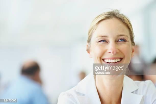 Glückliche Frau mit Kollegen auf der Rückseite