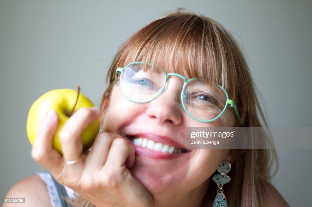 グリーン ガラスと黄色いリンゴ (クローズ アップ) と幸せな女 : ストックフォト