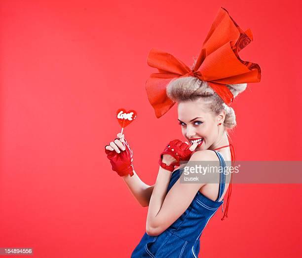 幸せな女性、赤の棒付きキャンディ