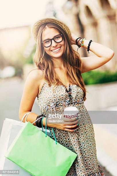 幸せな女性、ショッピングバッグ