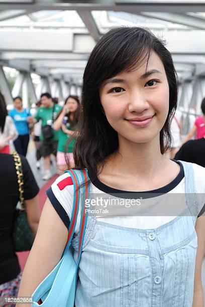 幸せな女性、ショッピングセンターの背景-XL