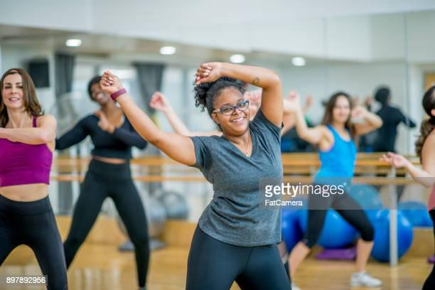 Glückliche Frauen tanzen