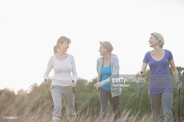 Feliz mujer caminar juntos al aire libre