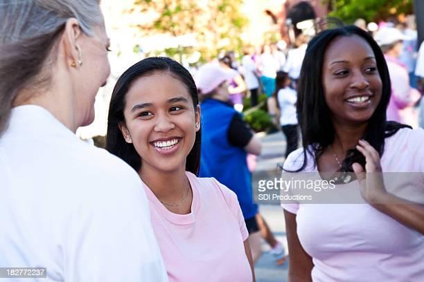 Heureux femmes en rose attend pour commencer la course de rallye