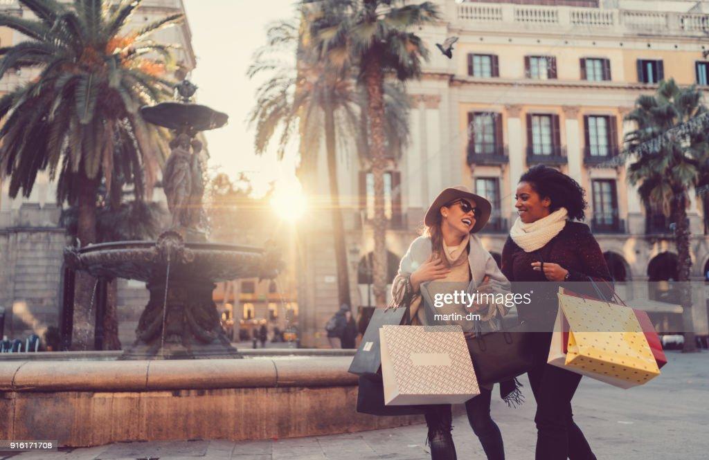 Mujeres felices de compras en Barcelona : Foto de stock