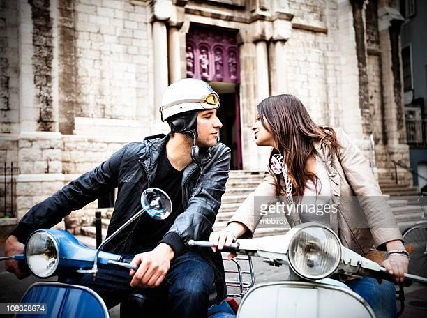 Heureux jeune adulte couple amoureux sur Scooter