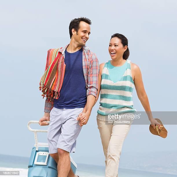 Feliz Jovem Adulto Casal caminhar na praia