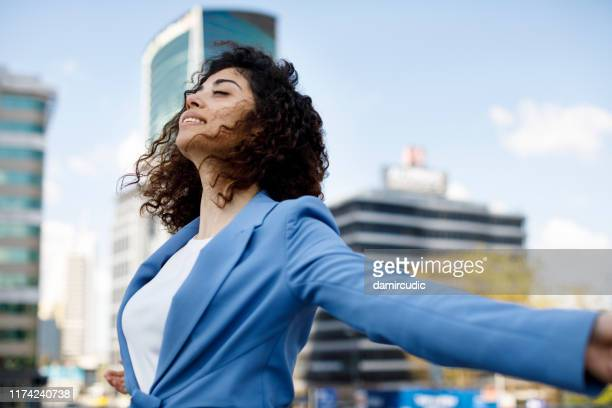 jeune femme d'affaires heureuse - bien être photos et images de collection