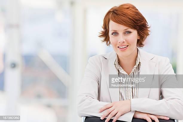 Glückliche junge Geschäftsfrau