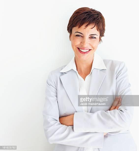 Glückliche junge Geschäftsfrau Posieren
